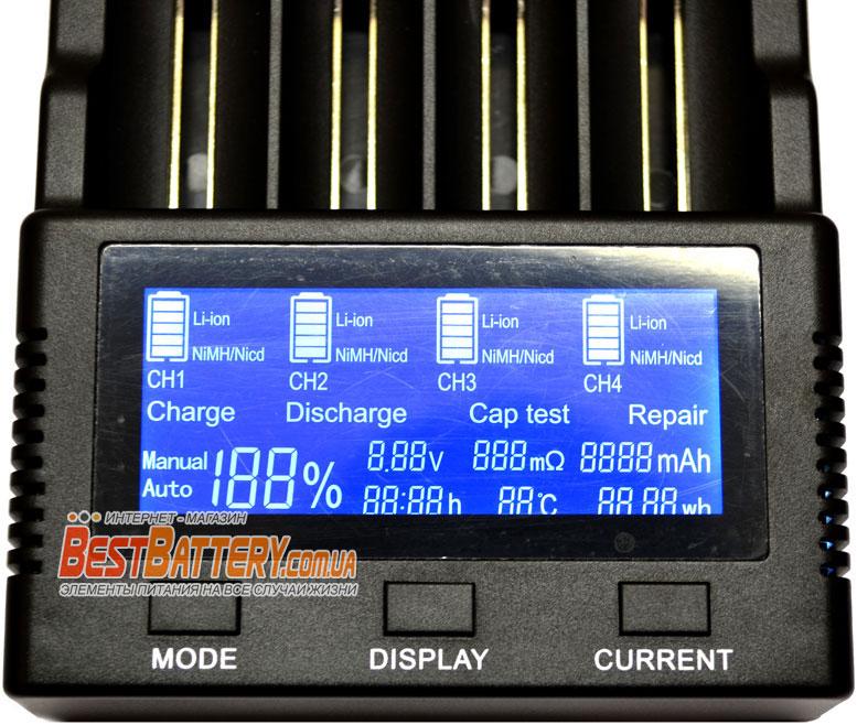 Большой информационный дисплей с подсветкой в зарядном устройстве Vapcell S4.